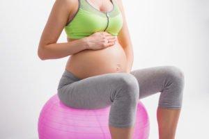 coaching à domicile après accouchement grossesse avec une femme enceinte
